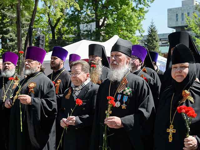 Священнослужители Алма-Аты возложили цветы к мемориалу Славы в парке имени 28-ми Гвардейцев Панфиловцев